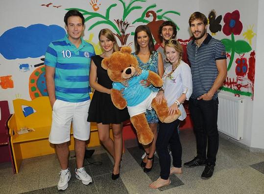 Herci a moderátoři TV Nova přišli společně solympijským vítězem Davidem Svobodou do pražského Motola rozdávat dětem radost vpodobě roztomilých hraček.