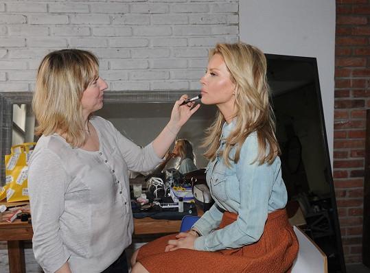 Krainovou připravuje na focení kamarádka, vizážistka Hristina.