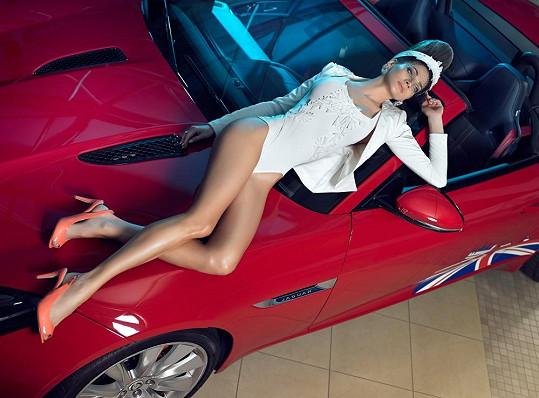 To, aby se mu po kapotě válela takhle krásná žena, by asi přežil každý majitel vozu.