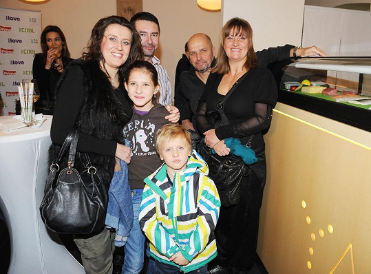 S manželkou, jejím mladším synem a její sestrou s rodinou