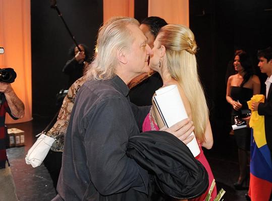 Bořek nakonec Leonu i políbil.