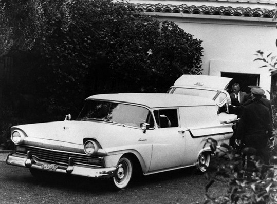 Marilyn Monroe během nakládání do vozu, který ji rovnou převezl na pitvu.