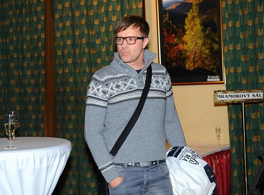 Na premiéru dorazil Kotvald ve svetru s norským vzorem a koženým žebradlem přes rameno.