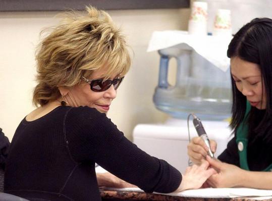 Jane Fonda se nechává opečovávat.