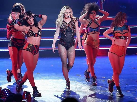 Jeden z mála dobře zvolených kostýmů v rámci zpěvaččiny show Piece of Me.