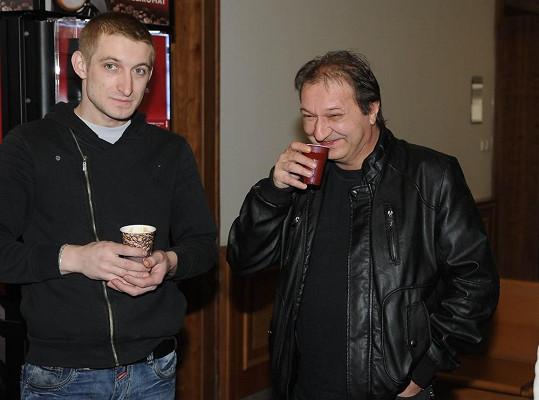 Syn Josefa Rychtáře a zvukař Standa. Zapijí spolu i miminko?
