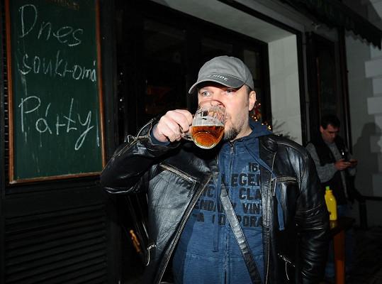 Při čekání na rozporcovaného kapra Petr Kolář hasil žízeň.