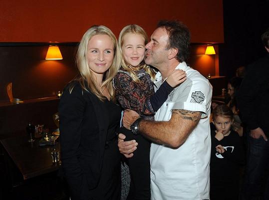 Smolík si přivedl manželku a dcerku.