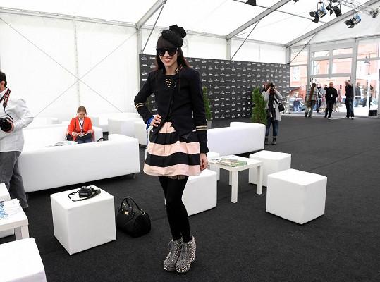 Ina T. na jedné z přehlídek ve svém rozdováděném outfitu, kde většinou nechybí hra s černou a bílou.