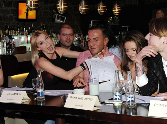 Modelka škrtí svého kamaráda kadeřníka Tomáše Arsova.