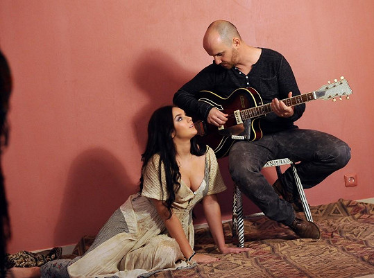 Ewa Farna provokovala svými ňadry také Igora Timka z kapely No Name.