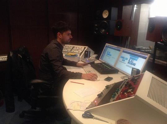 Boris při práci v nahrávacím studiu.