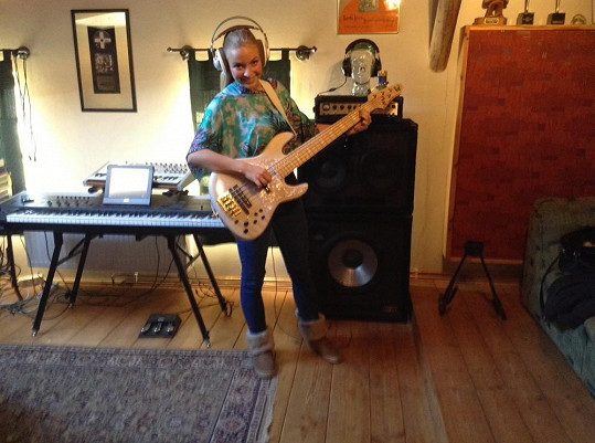 Konvičková si zahrála na kytaru jeden part.