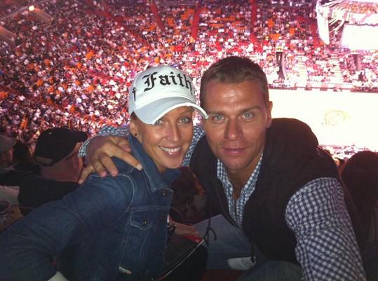 Zuzana s manželem Vlastou na basketbalovém zápase.