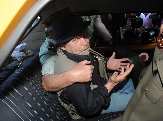 Skončil v policejním autě.