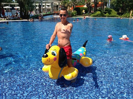 Od staršího syna si půjčil nafukovací hračku a řádil v bazénu.