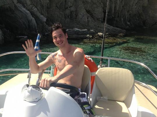 Daniel se plaví na jachtě a touží si udělat kapitánské zkoušky.