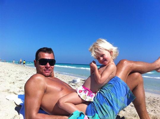 Manžel Vlasta odpočívá s dcerou Salmou na pláži.