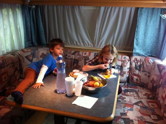 Michálek s hereckou kolegyní v karavanu