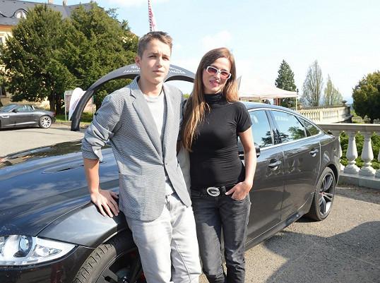 Vydali se na Zbiroh, kde se konala předváděčka luxusních vozů.