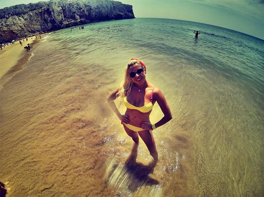 Kateřina na pláži v Portugalsku