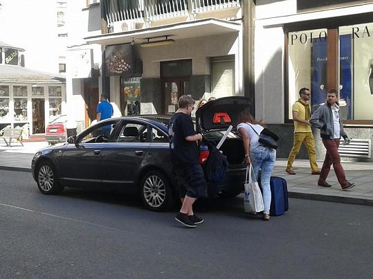 Artur Štaidl včera v odpoledních hodinách naložil kufry do auta a odejl s bratrem a jeho přítelkyní do Prahy.