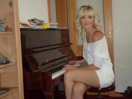Petra Peterová předvedla za klavírem dokonalá stehýnka.
