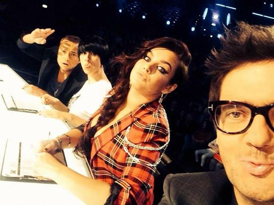 Farna v porotě X Factoru rozhodně nezapadne.