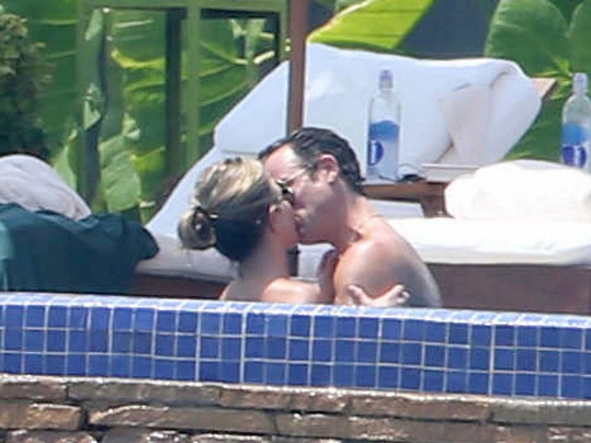 Jennifer Aniston si užívala chvilek odpočinku se svým snoubencem.