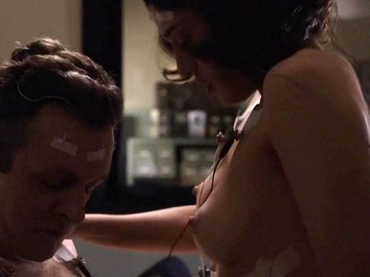 Krásná brunetka vědecky zkoumá lidskou sexualitu.