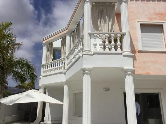 Takhle dům vypadá zvenku.