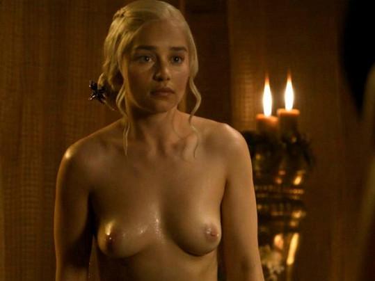 Princezna Daenerys Targaryen využívá svých ženských zbraní.