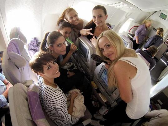 Ani po několikahodinovém letu dívky neztrácely dobrou náladu.