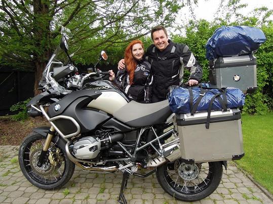 Přítelkyně naštěstí jeho vášeň pro motorku sdílí.