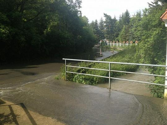 Před domem Dary Rolins stále protéká voda, dům zpěvačky ale naštěstí zůstává v suchu.