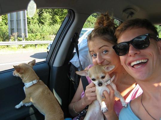 Thomas a Abbie si zabalili na dovolenou i své dvě čivavy.