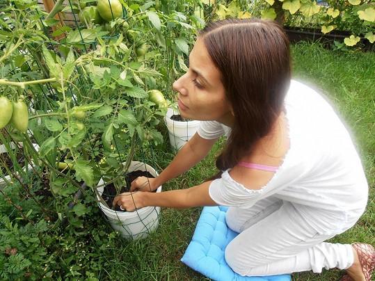 Eva občas musí pečovat o rostliny zasazené manželem Reném.