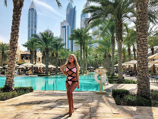 V Dubaji netrávila čas pouze na závodech, ale také se slunila u bazénu.