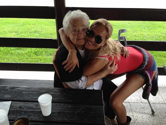 Táňa Kuchařová se svou milovanou babičkou Květou.