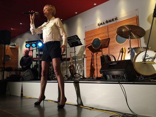 Renata Drössler zpívala šansony a ukazovala nohy v síťce