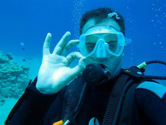 Herec byl pod vodou ve svém živlu.