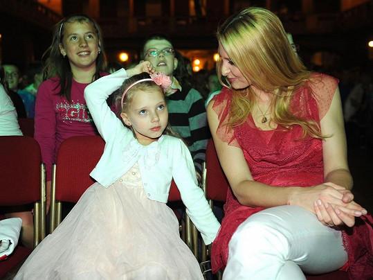 Ivana Gottová s dcerou na akci Škola písničkou.