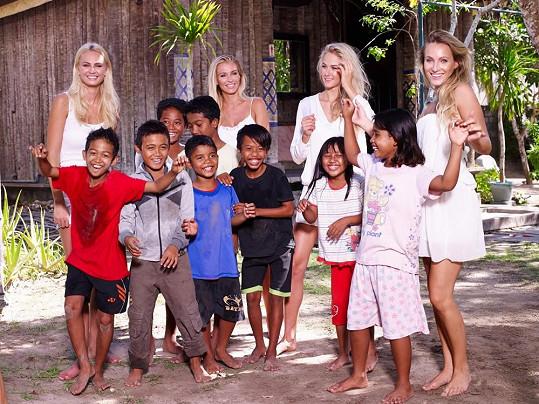 Holky fotily i s místními dětmi.