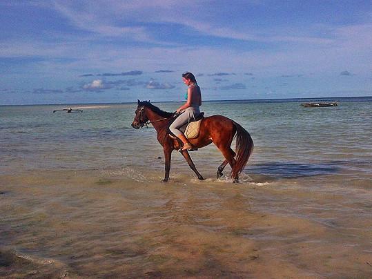 Jízda na koni po pláži.