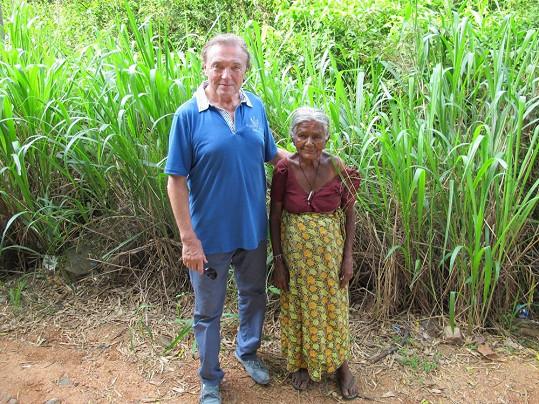 Karel se vyfotil s domorodkyní nevelkého vzrůstu.