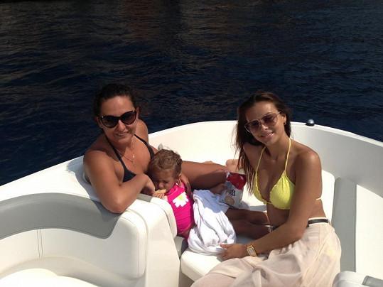 Monika s kamarádkou, která s rodinou žije v Albánii.