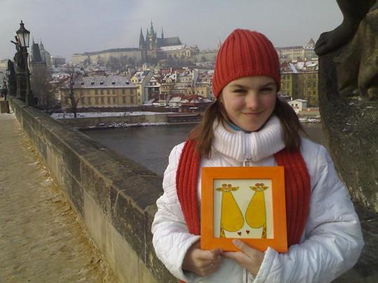 Teenagerka Ewa Farna pózuje v centru Prahy.