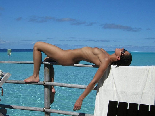 Takto Adrianne Curry zapózovala loni na prosluněné dovolené.