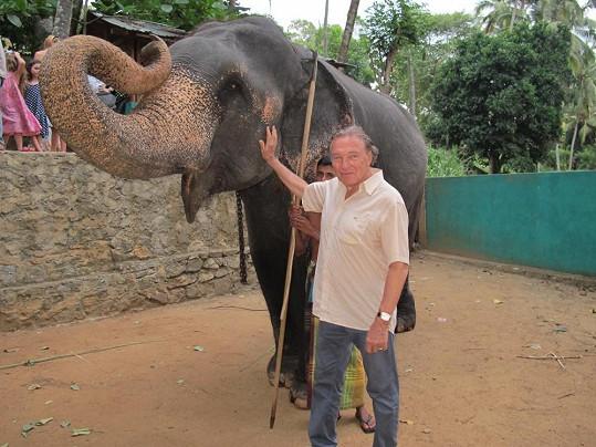 Karel Gott si dovolenou na Maledivách a Srí Lance moc užil. Se slonem udělal několik fotografií.