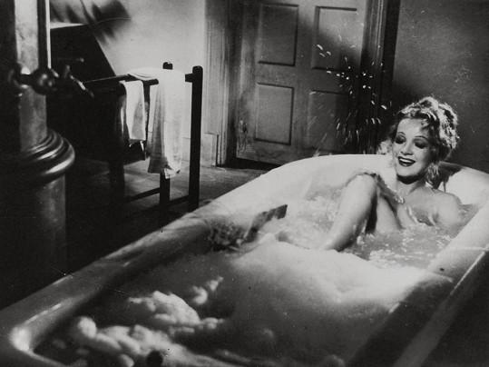 Marlene Dietrich v roce 1937 ve filmu Rytíři beze zbraně.